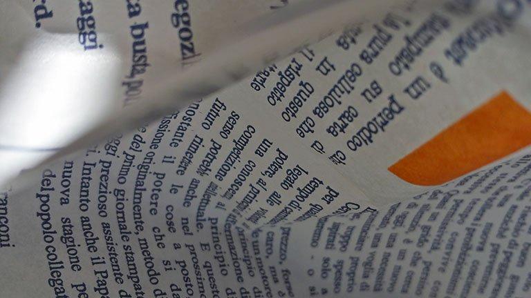 Particolare di un sacchetto del pane stampato con le notizie